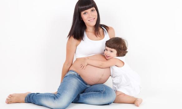 embarazada y niña