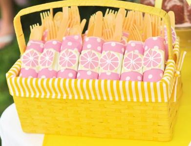 Fiesta pink lemonade - limonada rosa - cubiertos cesta picnic