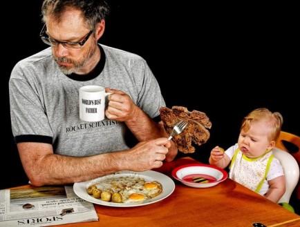 el mejor padre del mundo - dando de comer