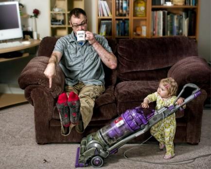 el mejor padre del mundo - limpiando la casa