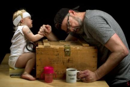 el mejor padre del mundo - lucha de brazos