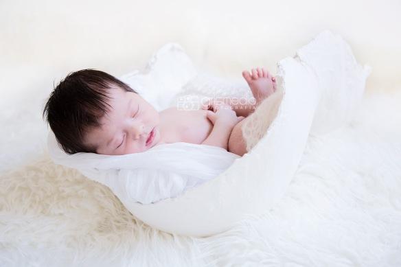 Grismedio Fotografia recien nacido dentro de molde de escayola embarazada